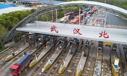 Wuhan takes various measures at toll-gates as traffic flow increases