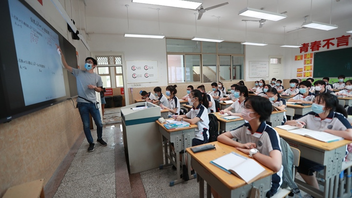 Junior high schools in Wuhan reopen for students in first, second grades