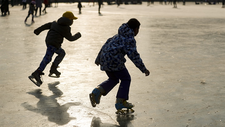 Beijingers warm to ice skating
